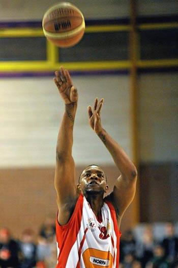 Jugador de baloncesto Georffrei Silvestre lanza al aro