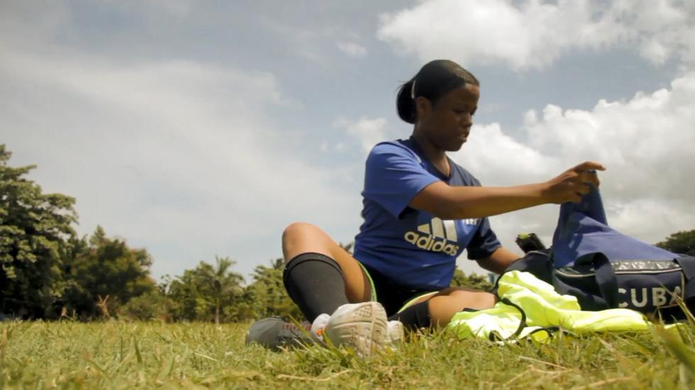 Una mujer árbitro de fútbol en Cuba