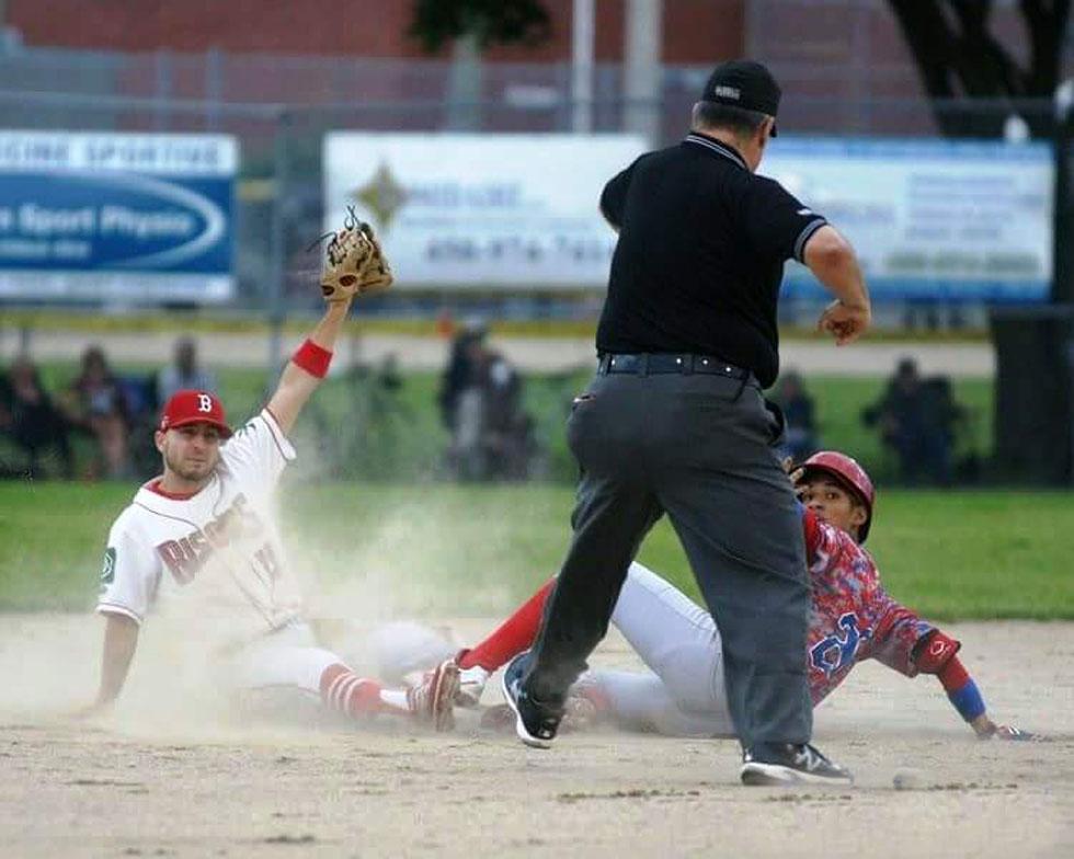 Jugada en segunda base de la Liga de Béisbol Junior en Quebec.