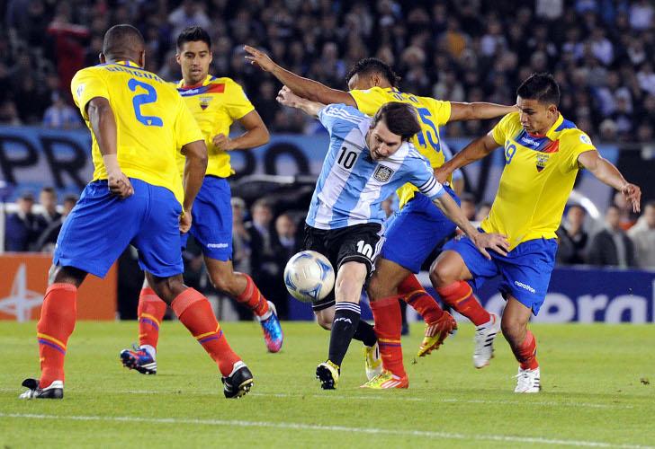 Lionel Messi en acción en el partido Argentina vs. Ecuador.