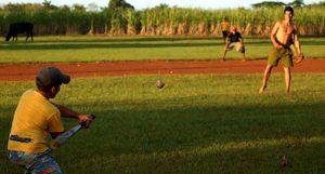 En la pelota de manigua muchas veces no hay cercas, ni árbitros, ni siquiera un terreno de béisbol formal. Foto: Oscar Alfonso Sosa.