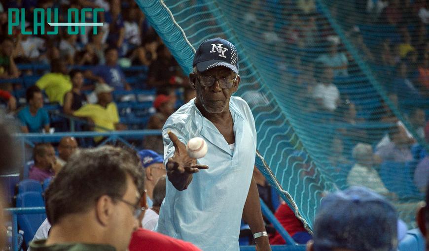 Hay aficionados que devuelven las pelotas en el estadio. Foto: Patryoti.