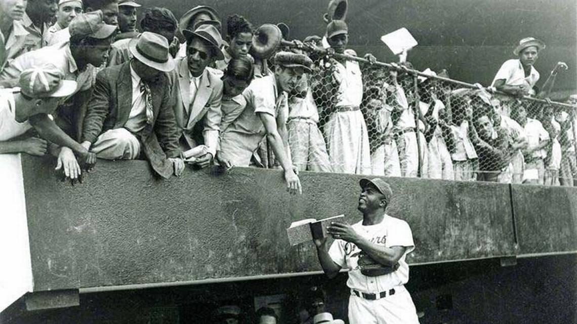 Jackie Robinson firma autógrafos en La Habana. Foto: elnuevoherald.com.