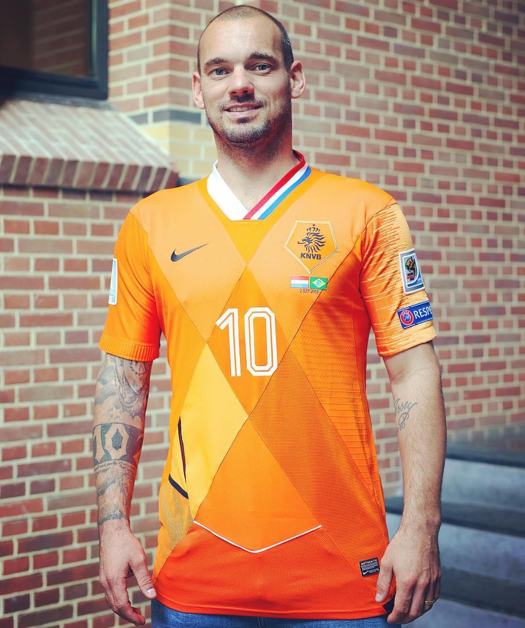 Wesley Snider vistió una camiseta hecha con retazos de todas las camisetas con las que había defendido los colores de la selección nacional holandesa. Foto: sneijder10official.