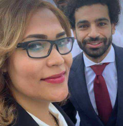 Nadia junto al futbolista Mohamed Salah. Foto: cortesía de la entrevistada.
