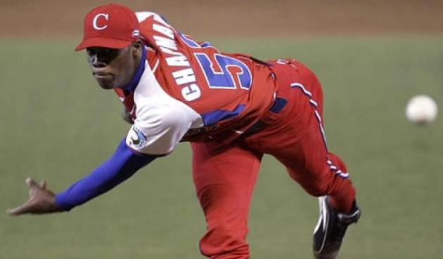 Rectas a más de 90 millas, 19 años y delgado: así lucía Aroldis Chapman en 2007 lanzando por Cuba