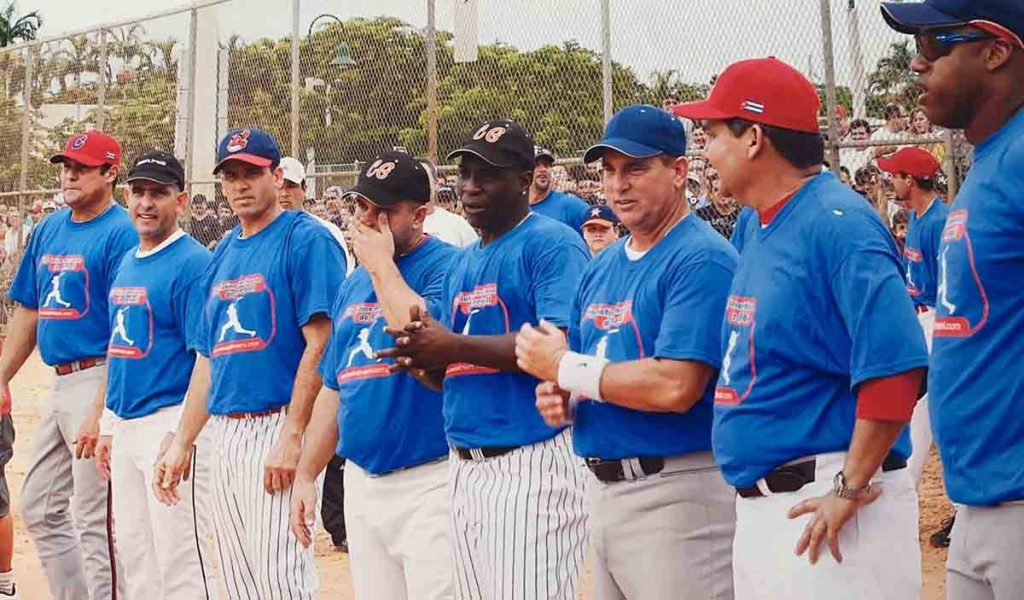 Luis Gustavo Pestana con estrellas de la pelota cubana