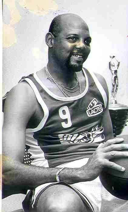 Jugador cubano de baloncesto.